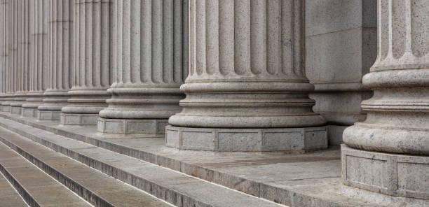 Steinsäulen Reihe und Treppe Detail. Klassische Gebäudefassade – Foto