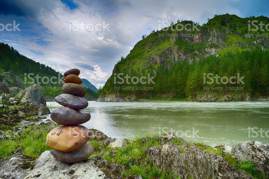 Stein-Pyramide an Katun Fluss Küste im Altai-Gebirge. Chemal, Republik Altai, Sibirien, Russland – Foto