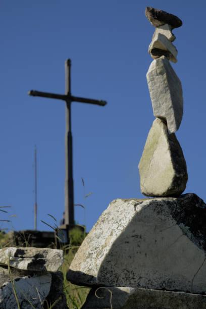 Escultura e Cruz de pedra em Brasil - foto de acervo