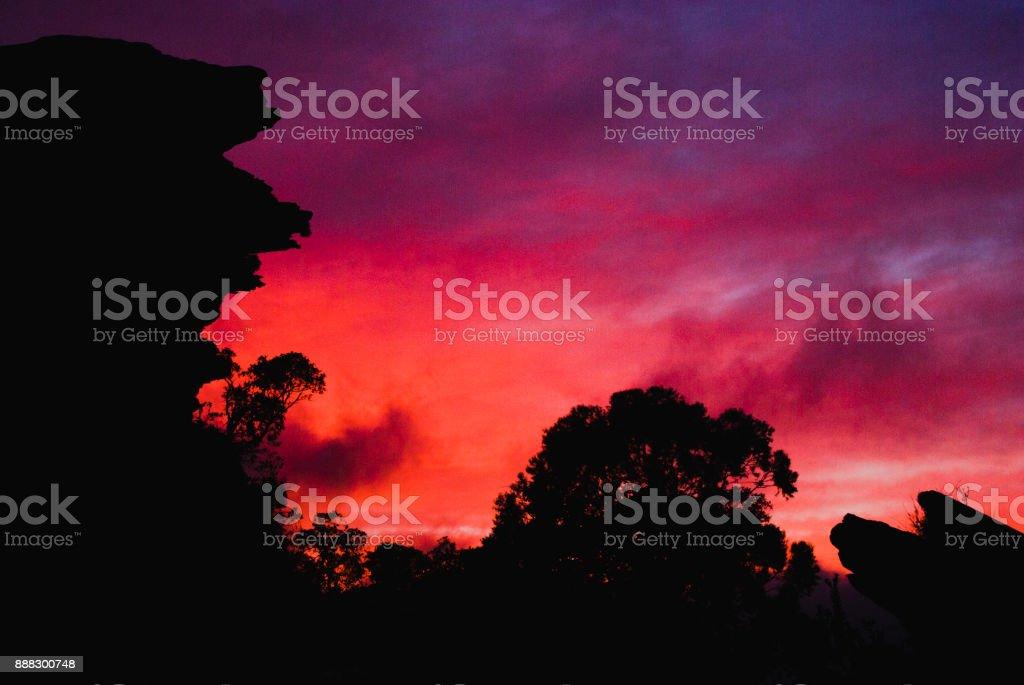 Silhueta de pedra ao nascer do sol no Brasil - foto de acervo