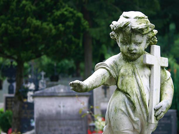 stone statue child - funeral crying stockfoto's en -beelden