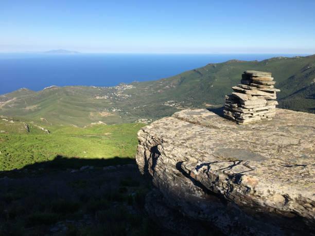 tour de pierre au sommet de la montagne. cap corse. corse. - randonnée corse photos et images de collection