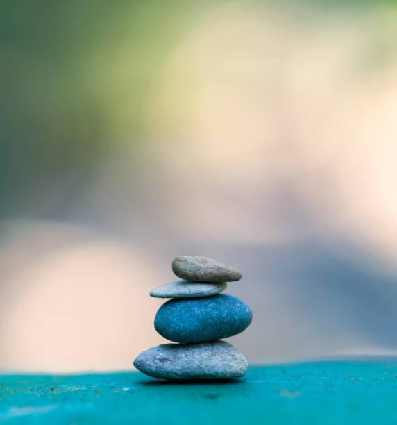 torre de piedra. piedras de zen - mindfulness fotografías e imágenes de stock