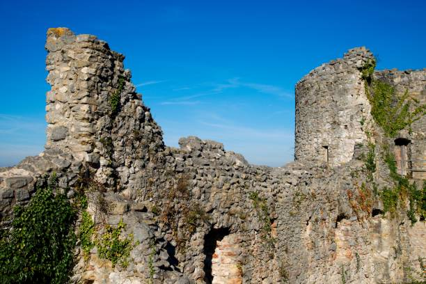 steinmauer und turm des schlosses dorneck in der schweiz an einem sonnigen tag - dornach stock-fotos und bilder