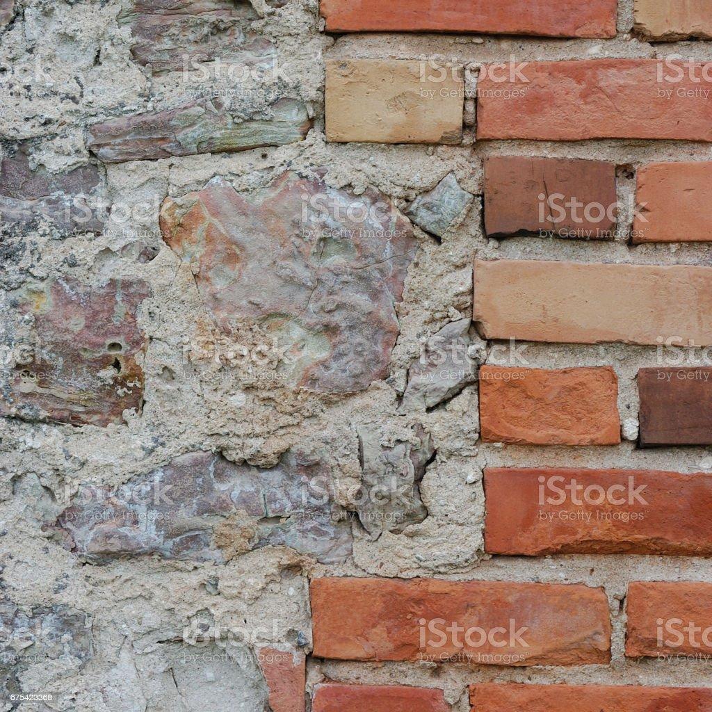Stone wall background closeup, vertical plastered grunge red brick stonewall, beige limestone pattern, old aged weathered beige lime plaster texture, natural grungy textured reddish vintage rough rustic bricks birckwork photo libre de droits