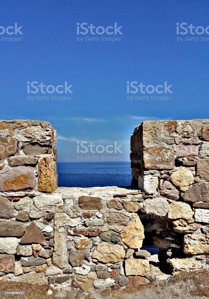 Mur de Pierre, château, mer, ciel bleu, fenêtre - Photo