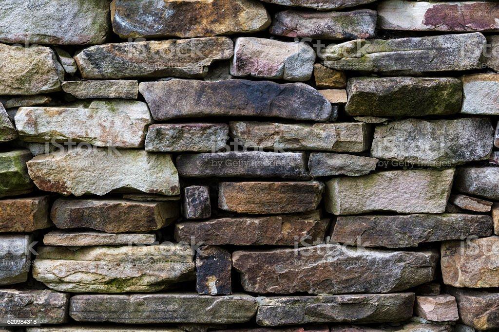 Padrão de parede de pedra de old log cabin chaminé foto royalty-free