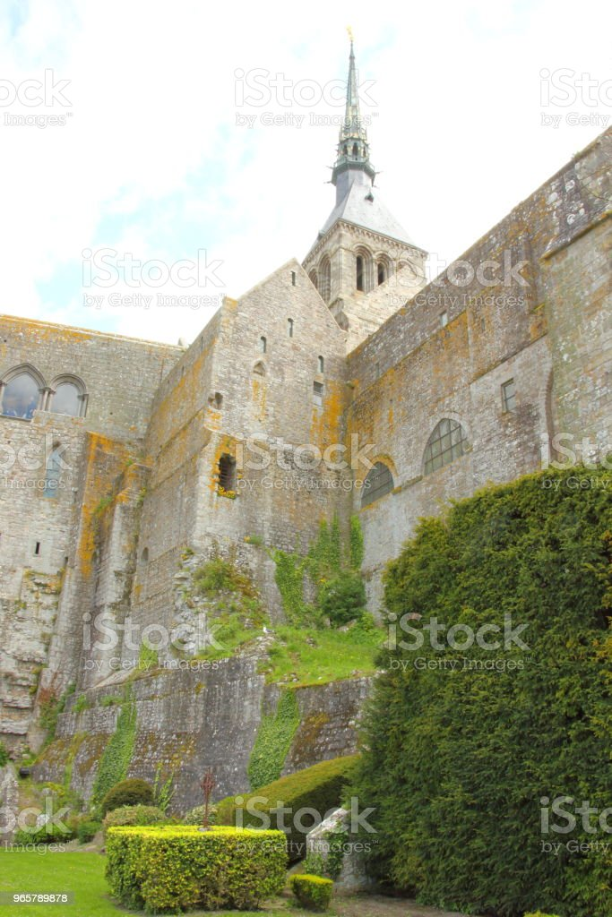 Каменные стены под Мон-Сен-Мишель - Стоковые фото Аббатство роялти-фри