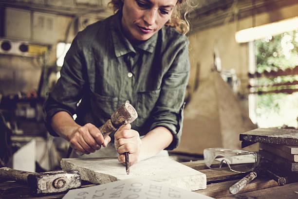 tailleur de pierre femme portrait - objet gravé photos et images de collection