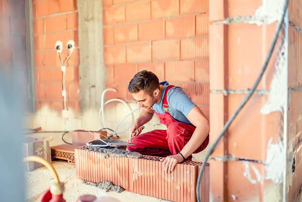 stonemason gebäude wände, ingenieur und bau arbeiter auf dem hotelgelände - betonwerkstein stock-fotos und bilder