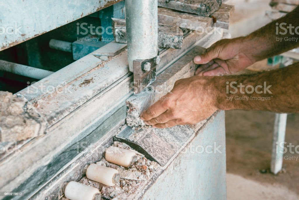 Steenhouwer slijpen marmeren platen in fabriek - Royalty-free Ambachtsman Stockfoto