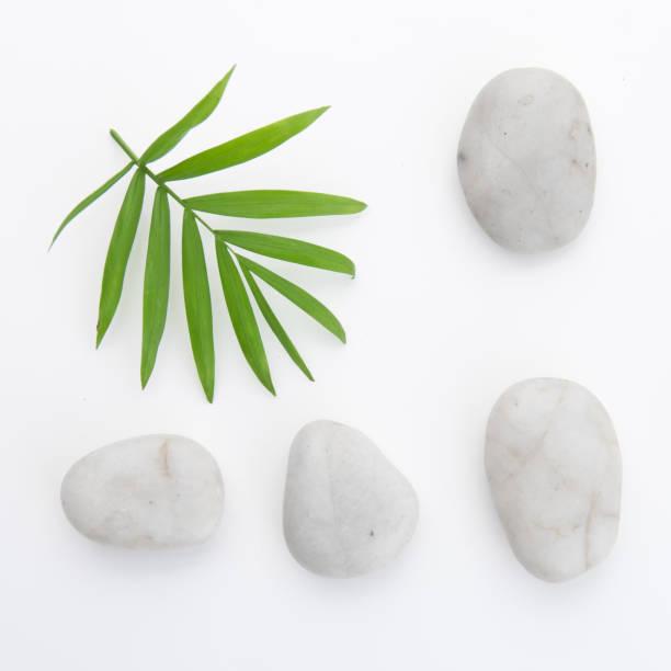 Steinen und Bambus auf dem weißen Hintergrund – Foto