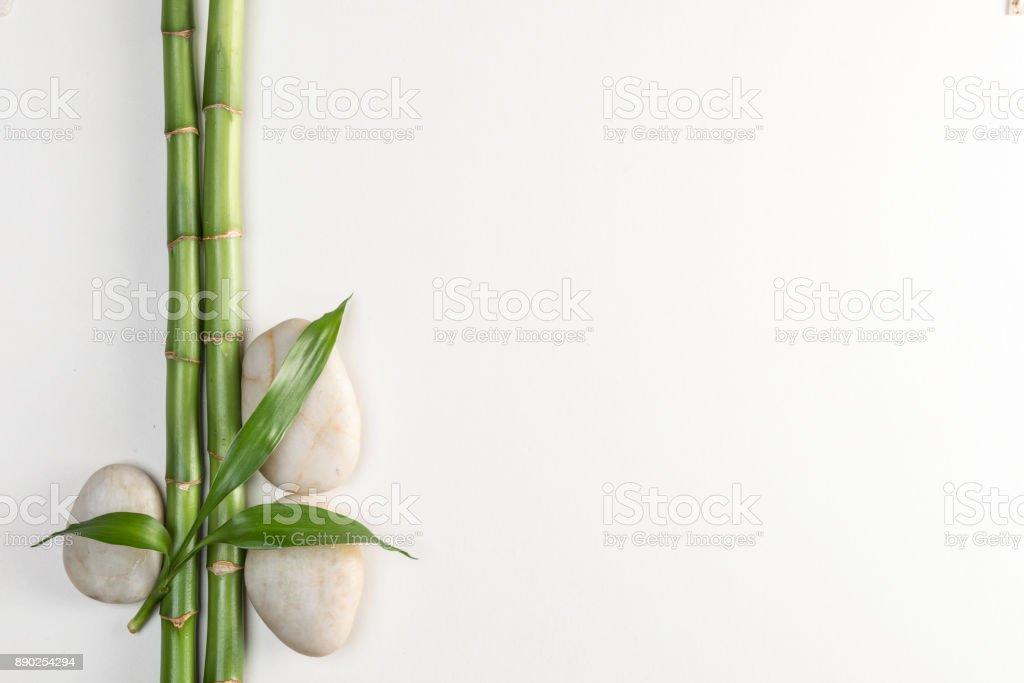 Pierres et bambous sur la blanche, vue de dessus de Feng Shui - Photo