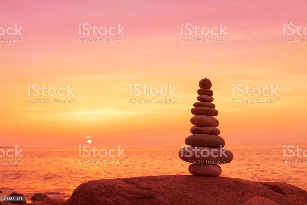 Steinen Gleichgewicht auf einem Hintergrund von Meer Sonnenuntergang. Konzept der Harmonie und Ausgeglichenheit – Foto