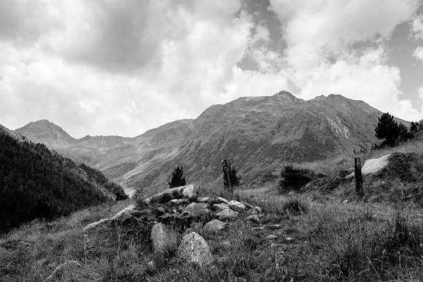 Steinen in den Bergen in B&W – Foto