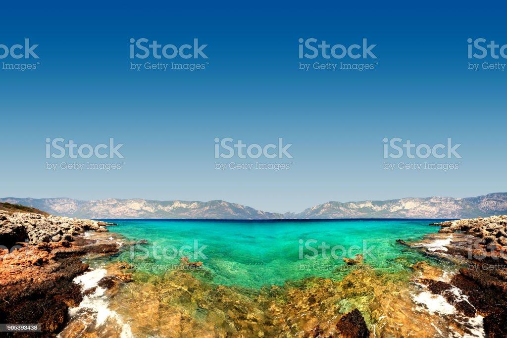 Pierres sur fond de mer brouillée avec vue sur la montagne - Photo de Beauté de la nature libre de droits