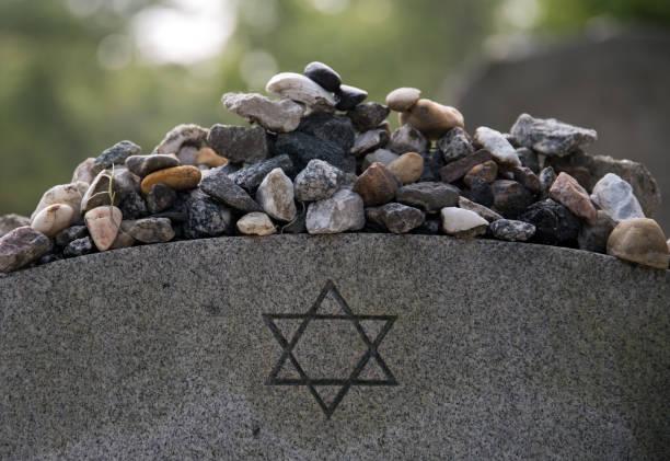 kamienie na żydowskim grobie. - judaizm zdjęcia i obrazy z banku zdjęć