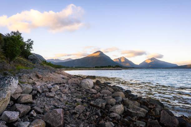 Steinige Ufer und die Berge – Foto