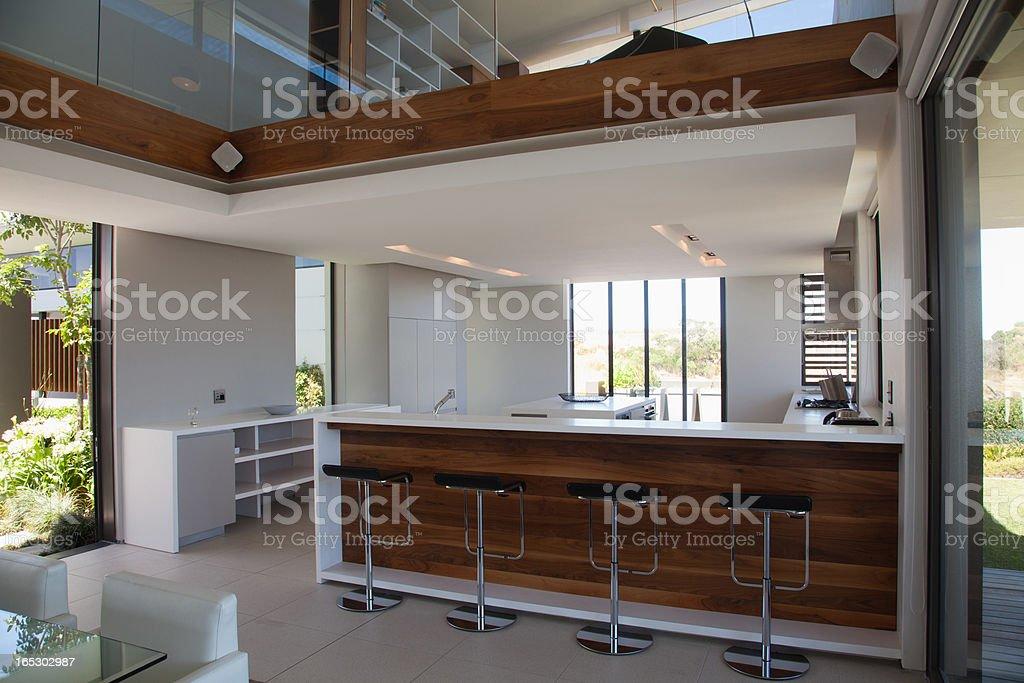 Sgabelli al bancone della cucina moderna foto di stock 165302987