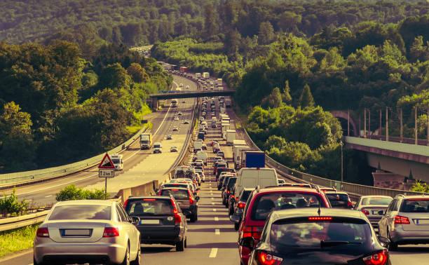 stop and go stau auf der autobahn - tim siegert stock-fotos und bilder