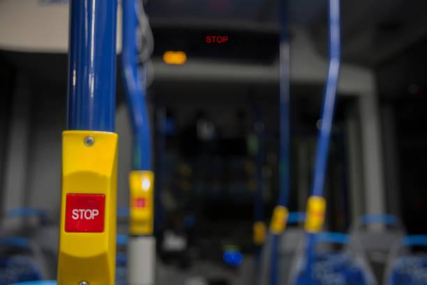 stop-taste auf dem bus - abschiedswünsche stock-fotos und bilder