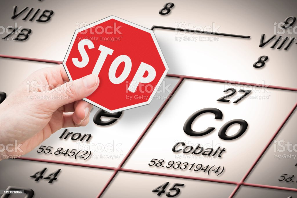 Stop heavy metals - Concept image with hand holding a stop sign against a Cobalt chemical element with the Mendeleev periodic table on background - Foto stock royalty-free di Alimentazione sana