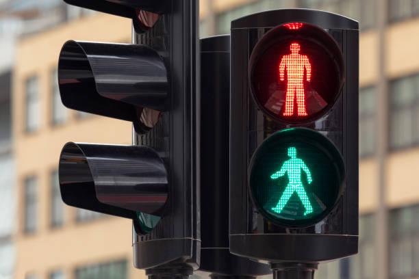 stop or go - fußgänger stock-fotos und bilder