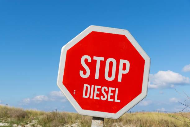 Ein Stoppschild Und Das Johanniskraut Diesel – Foto