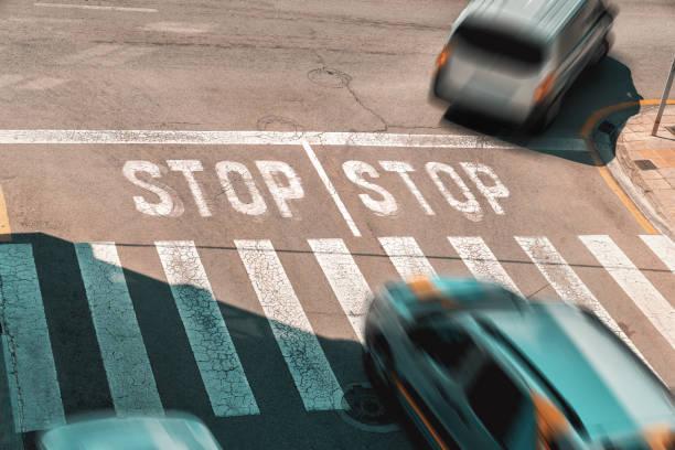 Stop-Schild und Zebrastreifen auf einer Straße mit fahrenden Autos in verschwommene Bewegung - Stau – Foto
