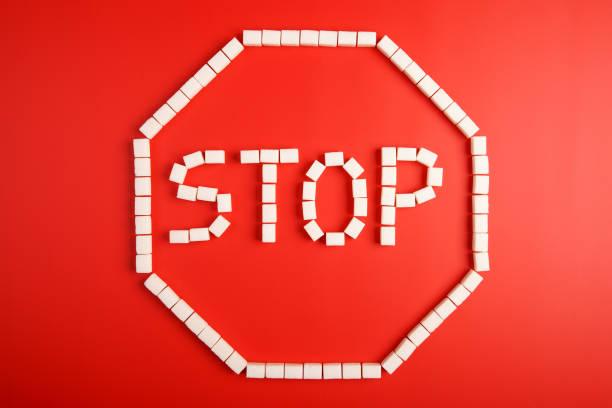 Stop-Schild aus Würfelzucker auf rotem Grund – Foto