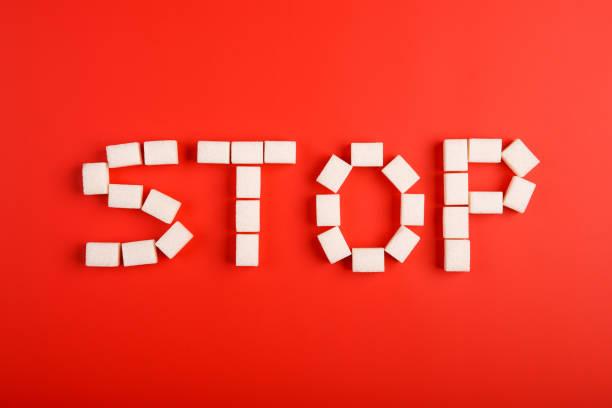 Text von Würfelzucker auf rotem Grund zu stoppen – Foto