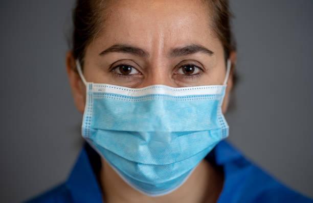 확산을 중지하고 생명을 구하십시오 캠페인. 의사가 보호 얼굴 마스크를 착용. 자신과 다른 사람의 의료 조언, 노벨 코로나 바이러스 covid-19 전염병에 대한 기본 보호 조치를 보호합니다. - 팬데믹 질병 뉴스 사진 이미지