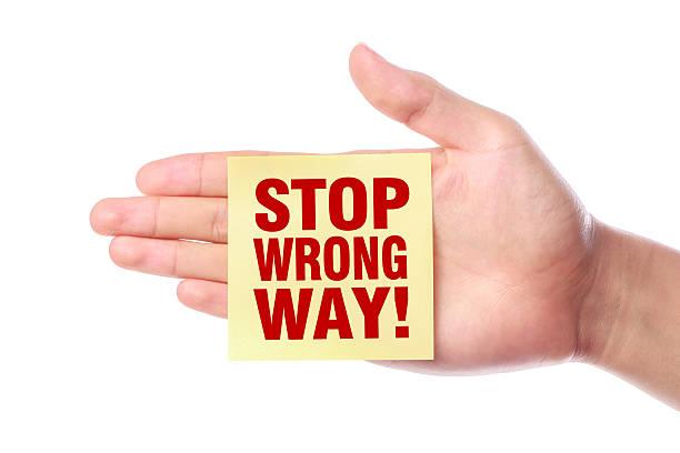 haltestelle wrong way - falsche malerei wände stock-fotos und bilder