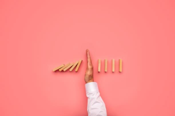 Herabstürzende Dominosteine stoppen – Foto