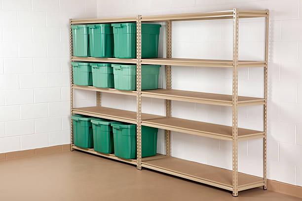 vorratsbehälter auf regal - keller organisieren stock-fotos und bilder