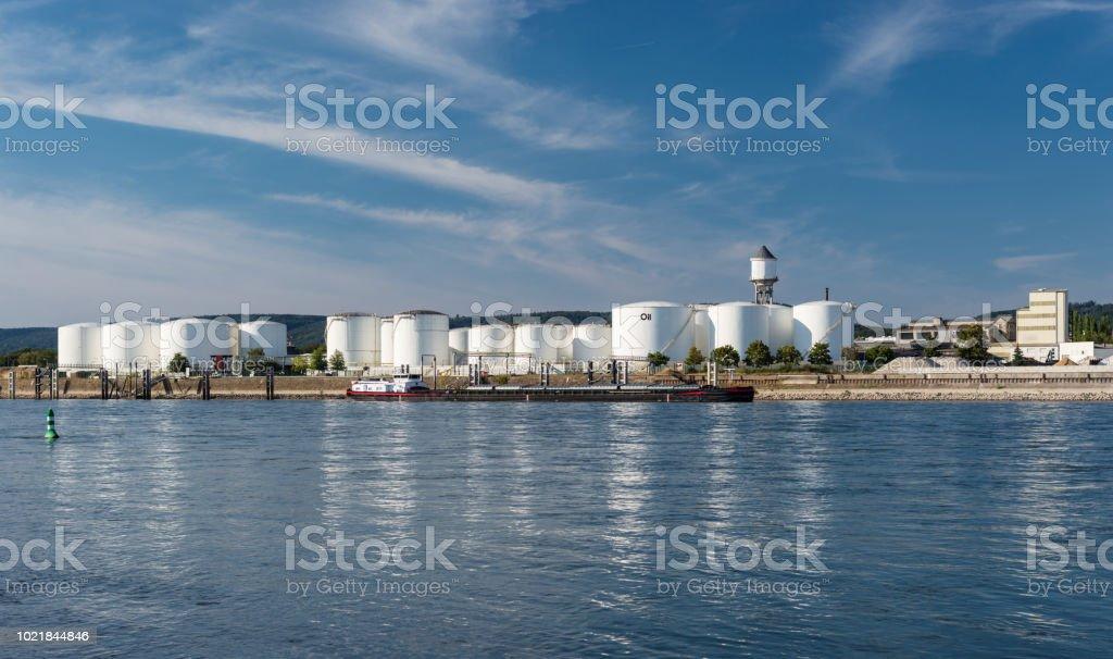 Lagersilos, Tanklager von Erdöl und Benzin an den Ufern des Flusses in den alten Bundesländern auf einen wunderschönen blauen Himmel mit Wolken. Sichtbare Tanker Schiff. – Foto