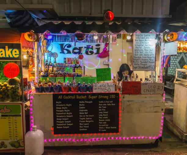 entlang der straßen von ko phi phi, die verschiedene alkoholische getränke verkaufen speichern - pop up stock-fotos und bilder