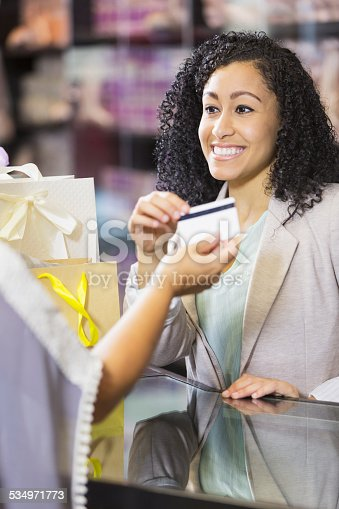 istock Store cashier taking credit card payment from customer 534971773