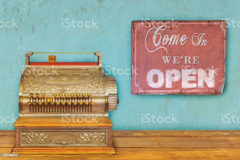 Conceito de loja com caixa registradora e sinal aberto - foto de acervo