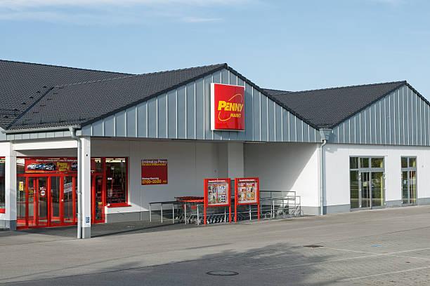 filiale der supermarktkette penny markt ermäßigung - rewe supermarket stock-fotos und bilder