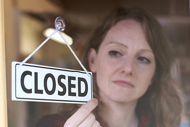 Propietario de una tienda de giro señal de cerrado de compras de emergencia - foto de stock
