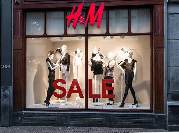 h & m store window einkaufsmöglichkeiten in amsterdam, niederlande - günstig nach amsterdam stock-fotos und bilder