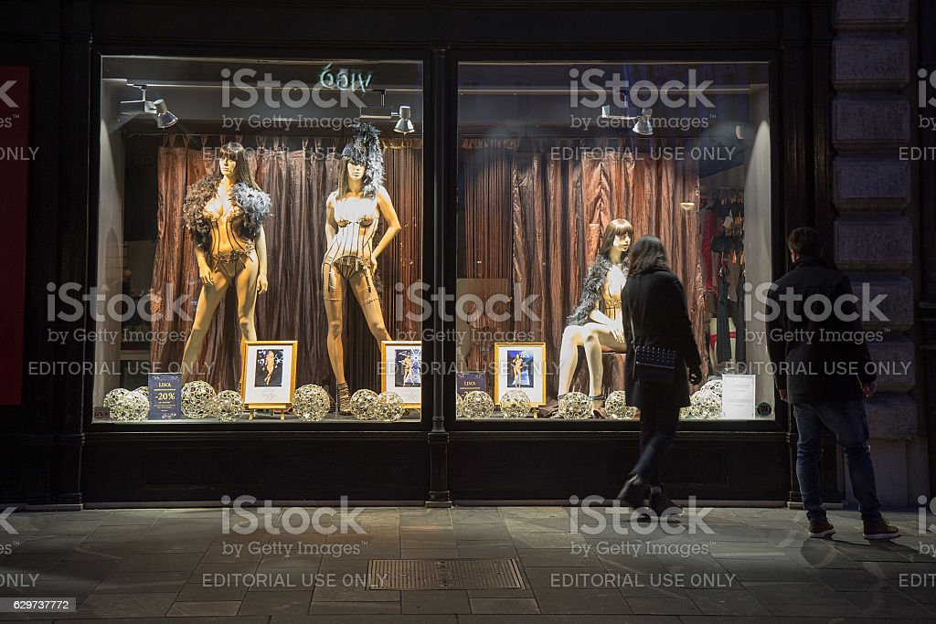 Storefront Window Display Sexy Lingerie by Night – Foto