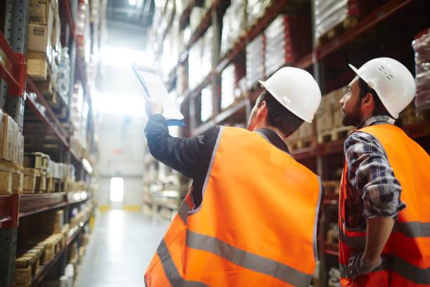 lagerhaus-arbeit - einzelhandelsarbeiter stock-fotos und bilder