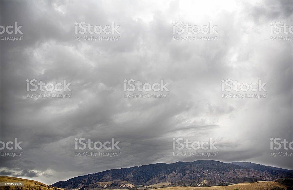 Nubes de tormenta sobre las montañas foto de stock libre de derechos