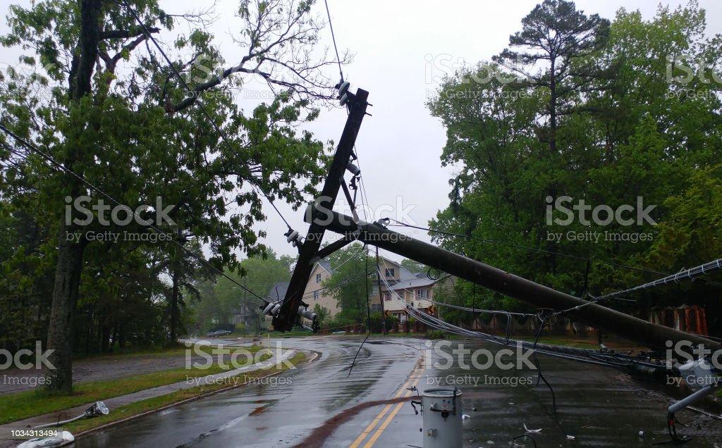 Tempête a endommagé un transformateur électrique sur un poteau et un arbre photo libre de droits
