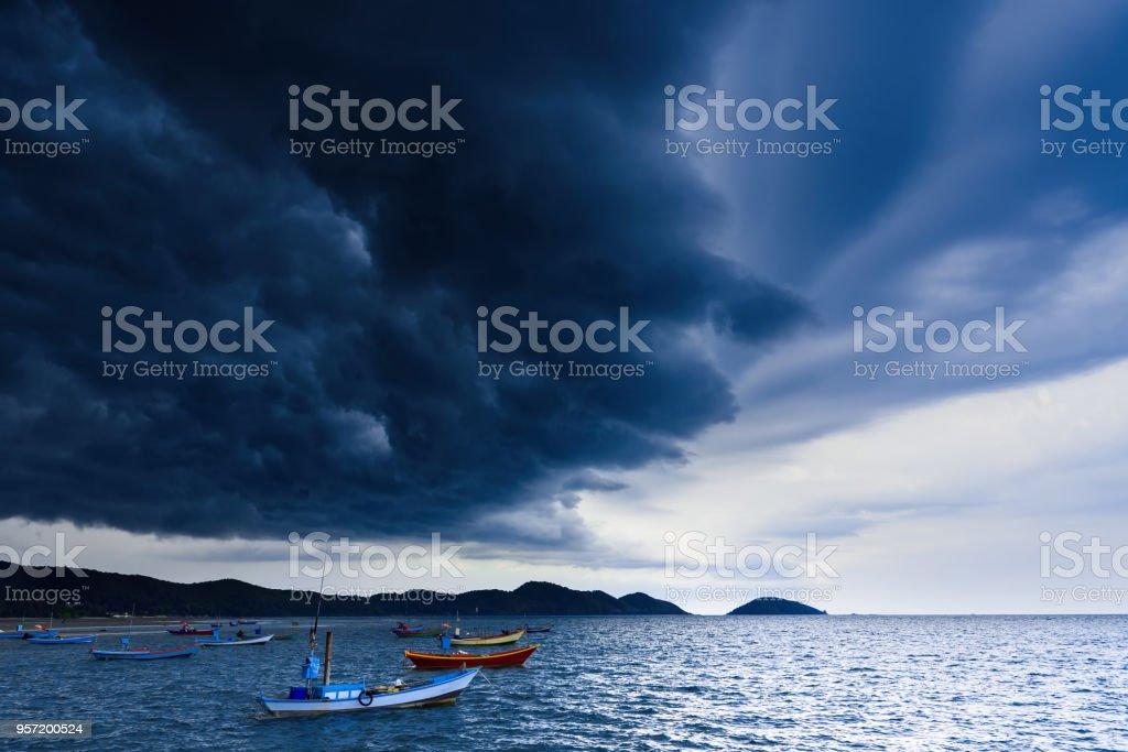 Sturm kommt, Regenwolken vor dem Sturm im tropischen Meer Landschaft. Thailand. – Foto