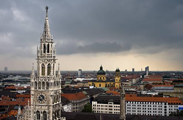 sturm auf münchen city - münchen weather stock-fotos und bilder
