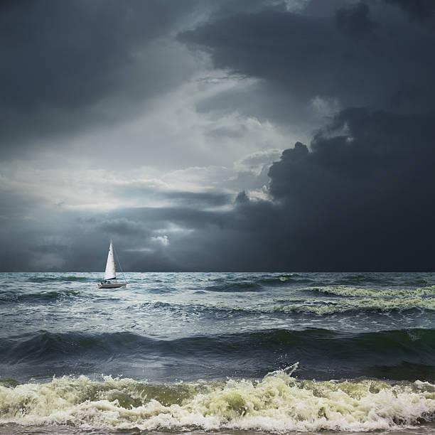 Orage sur le paysage de la mer avec bateau blanc - Photo