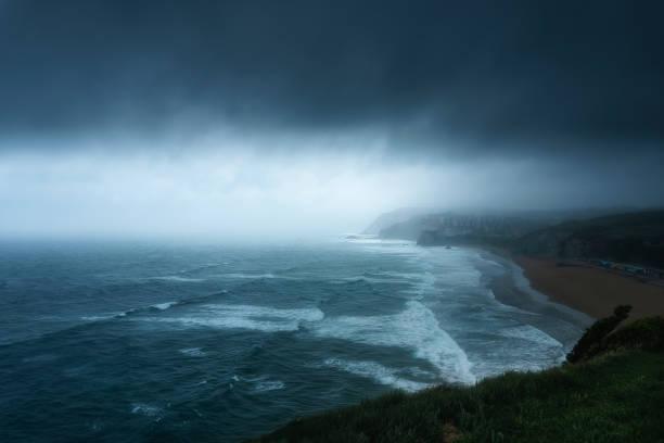 tormenta con nubes oscuras sobre el mar en Sopelana - foto de stock
